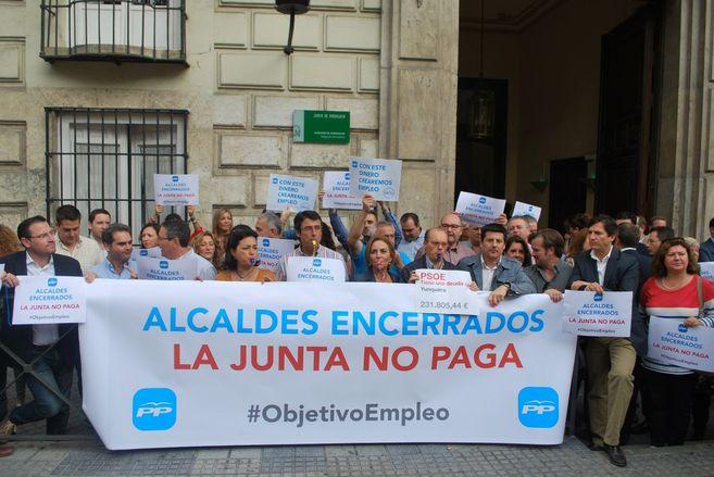 Alcaldes del PP de Málaga en la puerta de la sede de la Junta.