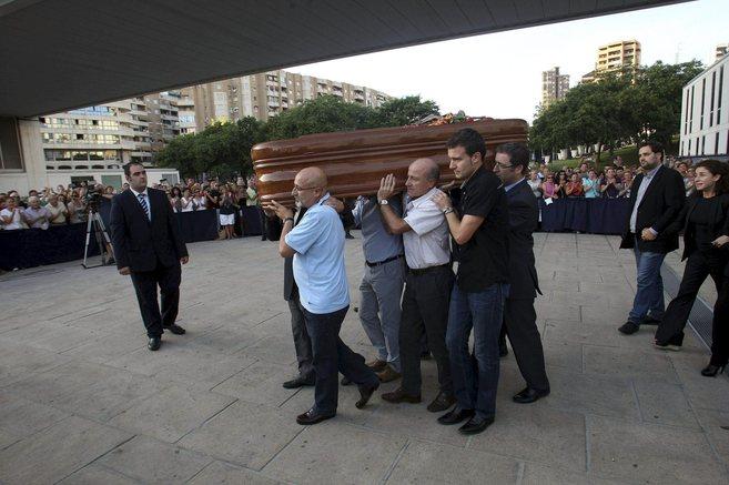 Portan a hombros el féretro de Manolo Escobar en el Tanatorio de...