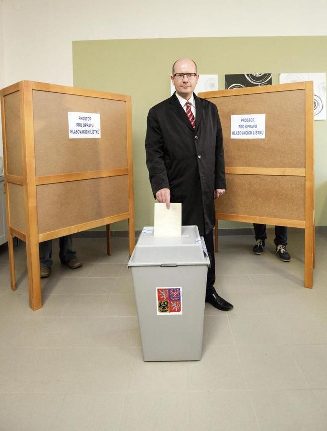 El líder socialdemócrata, Bohuslav Sobotka introduce su voto en un...
