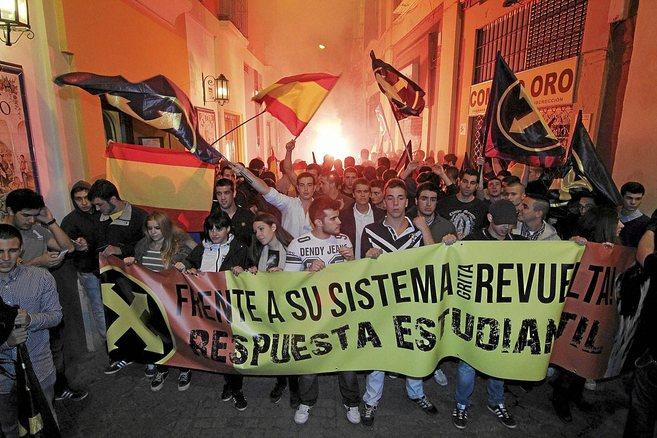 El grupo Revuelta Estudiantil se manifesta por las calles de Sevilla.
