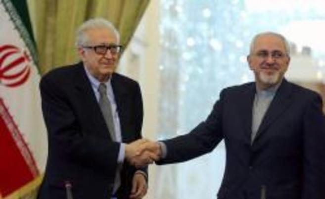 Brahimo saluda a Zarif, antes de la rueda de prensa en Teherán.