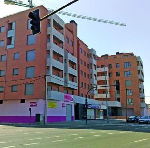 Imagen de archivo de un bloque de pisos nuevos en León.