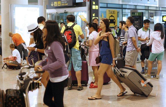 Turistas extranjeros llegando al aeropuerto de El Prat, en Barcelona