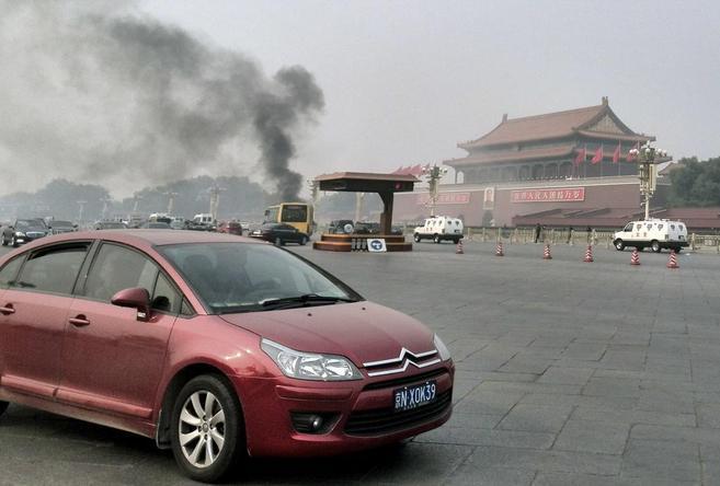 Una columna de humo sale del lugar del suceso en Tiananmen.