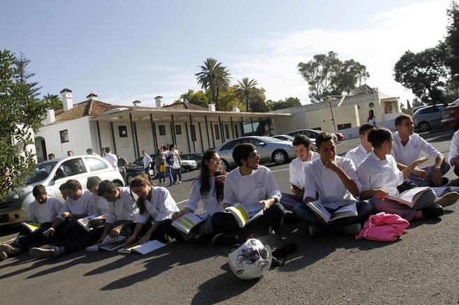 Alumnos de La Cónsula estudiando este lunes en el aparcamiento.