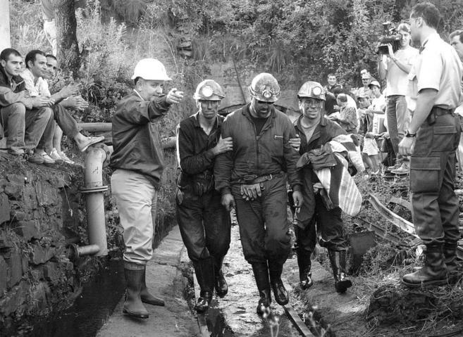 Un minero atrapado en la comarca de El Bierzo sale rodeado de sus...