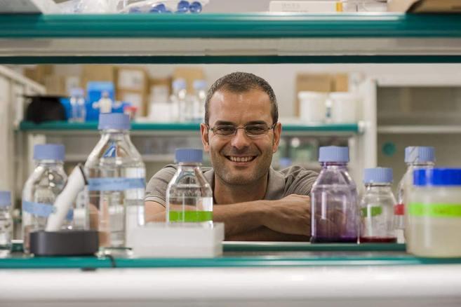 Salvador Aznar en un laboratorio del IRB de Barcelona.