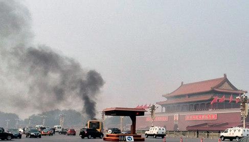Columna de humo en la plaza de Tiananmen.