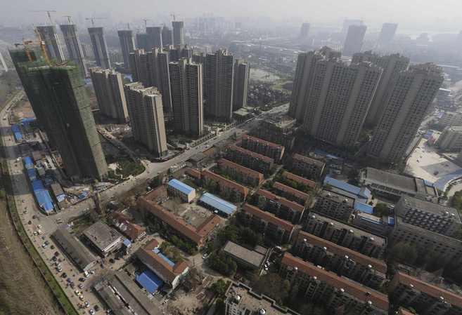 Construcción de rascacielos en un barrio de casas bajas en China