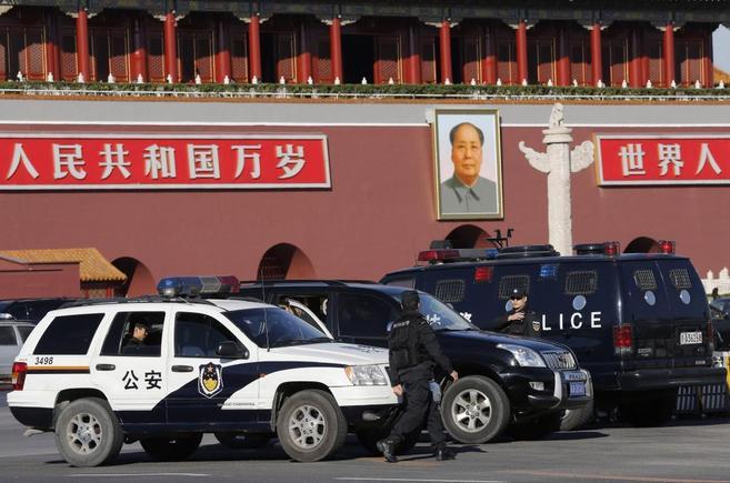 Un policía vigila delante de la emblemática plaza de Tiamammen.