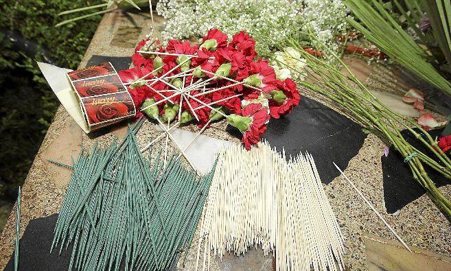 Palitos de plástico y de madera para elaborar una corona de flores