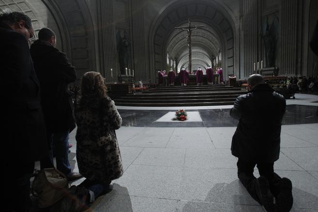 Unas flores cubren la tumba de Franco en el interior de la basílica...