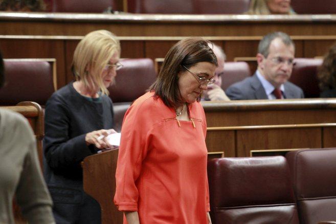 Soraya Rodríguez pasa delante del escaño de Rosa Díez, al término...