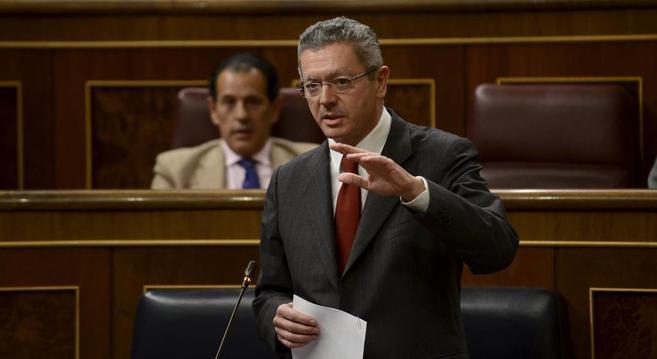 Alberto Ruis-Gallardon habla en el Congreso de los Diputados, con un...