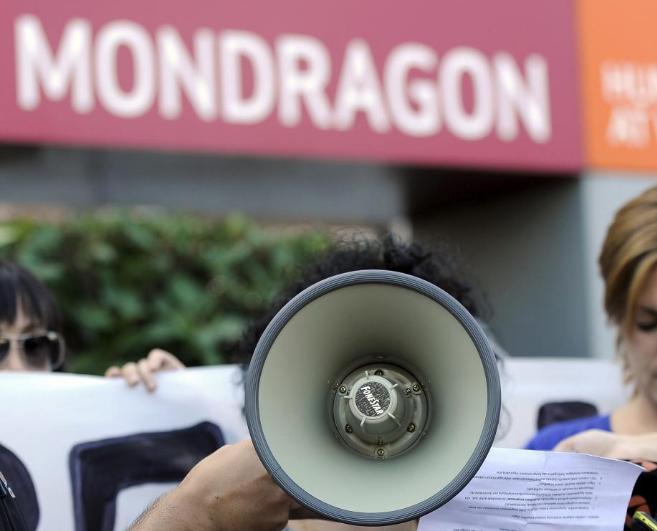 Protestas de cooperativistas ante la sede de MCC.