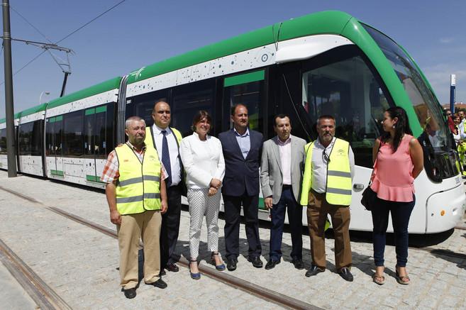 La consejera de Fomento y su equipo junto al metro de Málaga en...