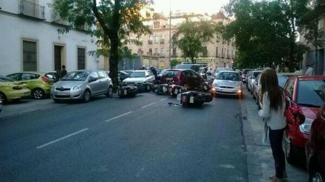 Varios vehículos dañados en la calle Gonzalo Bilbao tras chocar con...