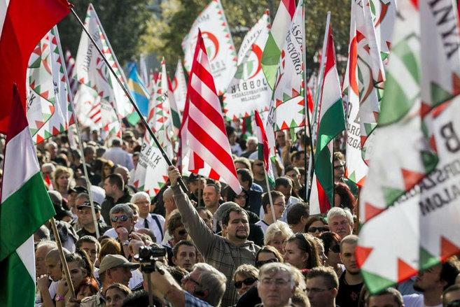 Seguidores del partido extremista húngaro Jobbik durante una...