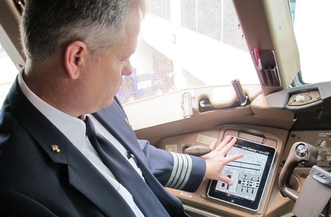 Un piloto de American Airlines con una tableta.