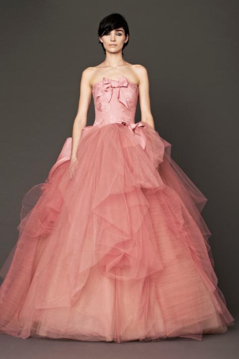 ... incluido este diseño de falda princesa, con lazos de estilo...
