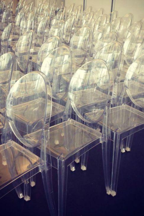 El sitting con asientos transparentes de Rivini.