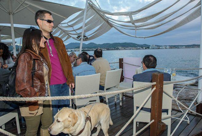 Ruth y David con su perro lazarillo en la Bahía de San Antonio de...
