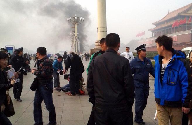 Varias personas auxilian a uno de los heridos en el atentado en la...
