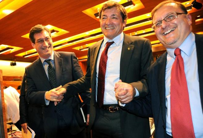 Fernández (PSOE), rodeado por Prendes (UPyD) e Iglesias (IU) tras ser...