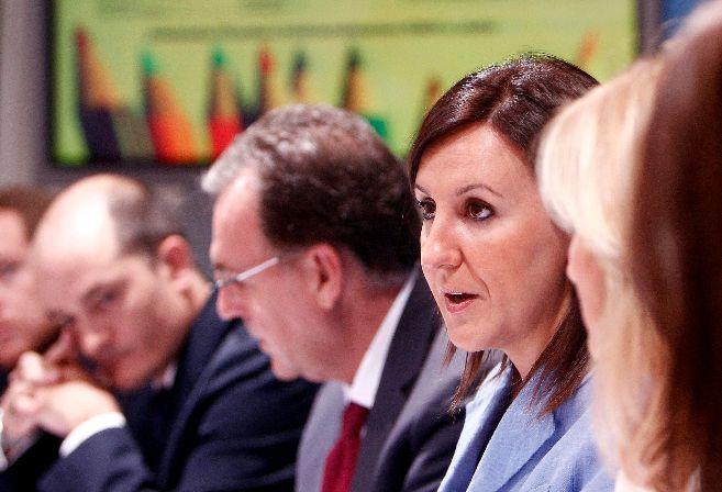 La consellera de Educación, María José Catalá, acompañada por su...