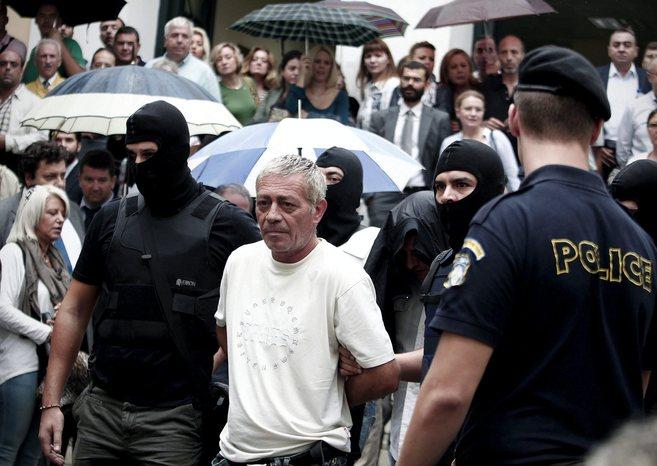 Policías escoltan a los miembros del Partido neonazi detenidos el...