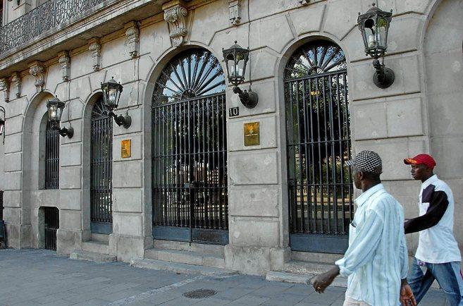 Dos inmigrantes paseando ante el Ayuntamiento de Lleida