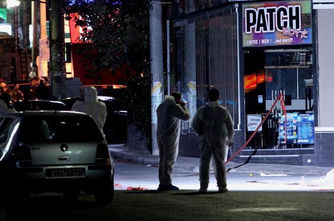 La policía toma fotos del lugar donde fueron asesinados los dos...
