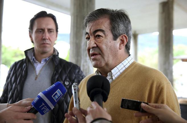 El presidente de Foro Asturias atiende a la prensa en Boal.