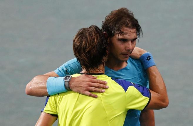 David Ferrer saluda a Rafa Nadal en las semifinales de París.