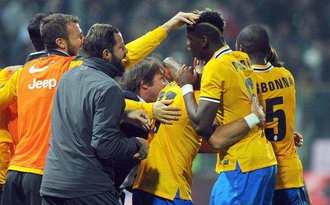 Los jugadores de la Juve felicitan a Pogba por su gol en Parma.