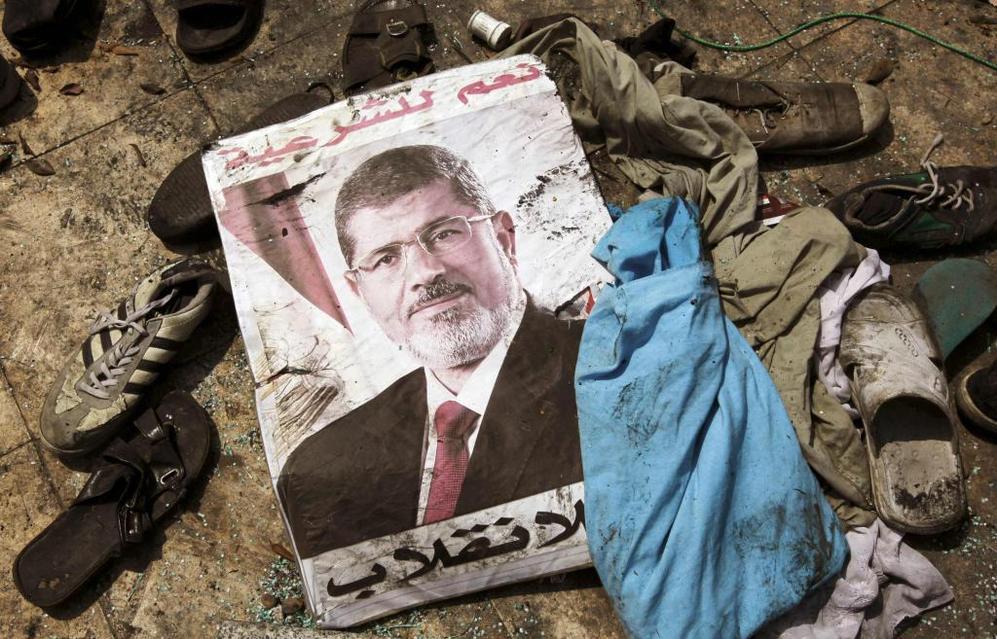Cartel del ex presidente Mohamed Mursi tirado en el suelo.