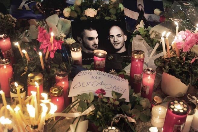 Las fotos de los dos neonazis asesinados entre flores y velas.