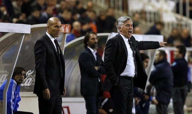 Carlo Ancelotti da instrucciones durante el partido ante el Rayo.