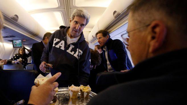 Kerry ofrece pasteles a los miembros de la prensa en el vuelo hacia...