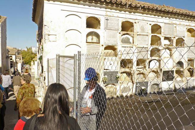 Las vallas protegen las zonas más deterioradas del cementerio de San...