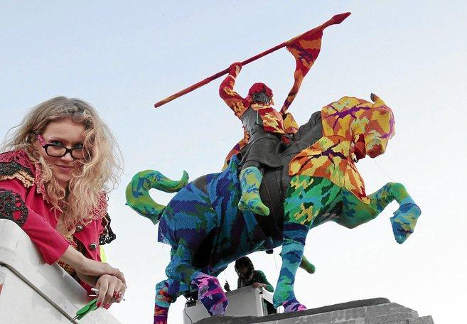 La artista Agatha Oleksiak posa junto a su obra.