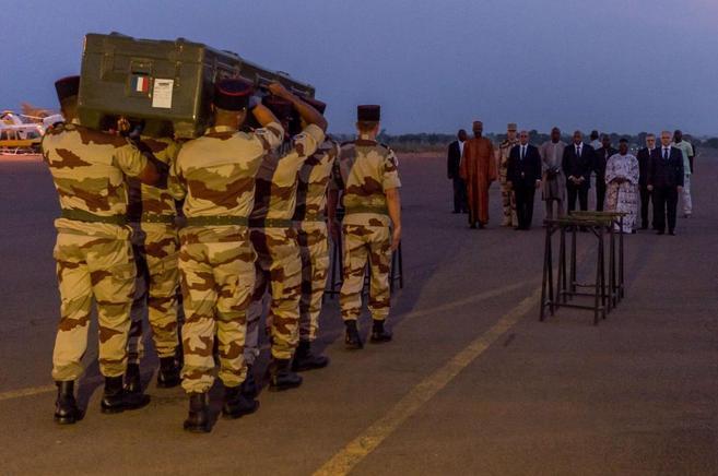 Traslado de los cuerpos de los periodistas franceses en el aeropuerto...