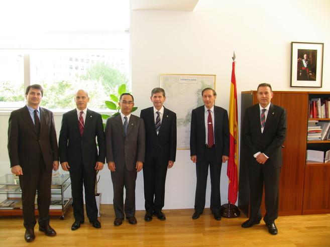 El alcalde, Alfonso Bataller, en la visita de este lunes en la...
