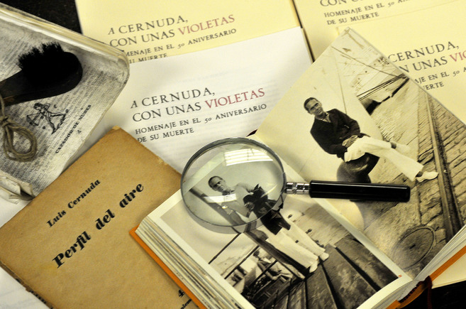 La nueva antología sobre Cernuda, junto al primer libro de él que...