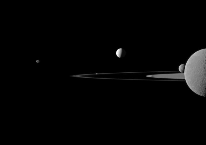 El 'quinteto' de lunas de Saturno, captadas por la sonda...