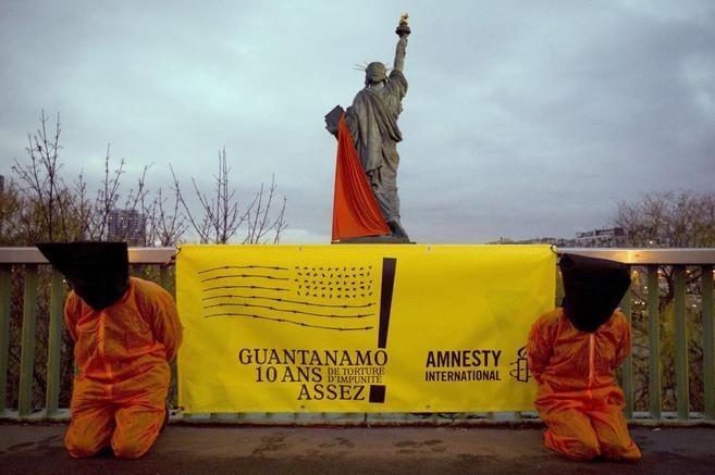 Activistas de Amnistía Internacional protestan por las torturas en...