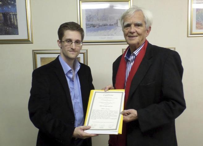 Snowden, junto al diputado alemán Hans-Christian Ströbele.