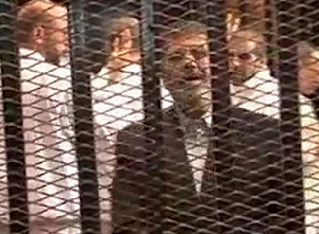 El ex presidente egipcio Mohamed Mursi, en la jaula en la que estuvo...