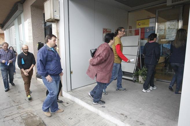Colas de desempleados, este martes, en una de las oficinas del Inem de...