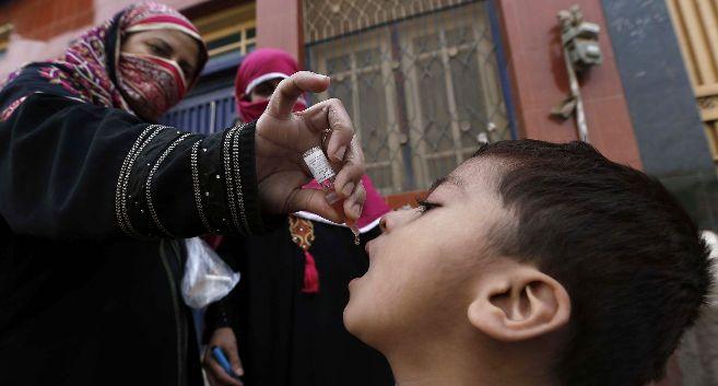 Una mujer vacuna a un bebé de la polio en Peshawar (Pakistán).